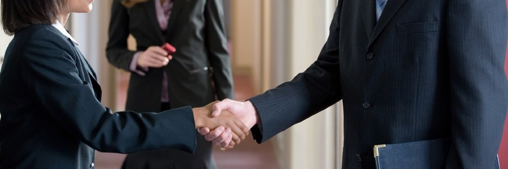 contatos-networking-aperto-de-maos-profissional