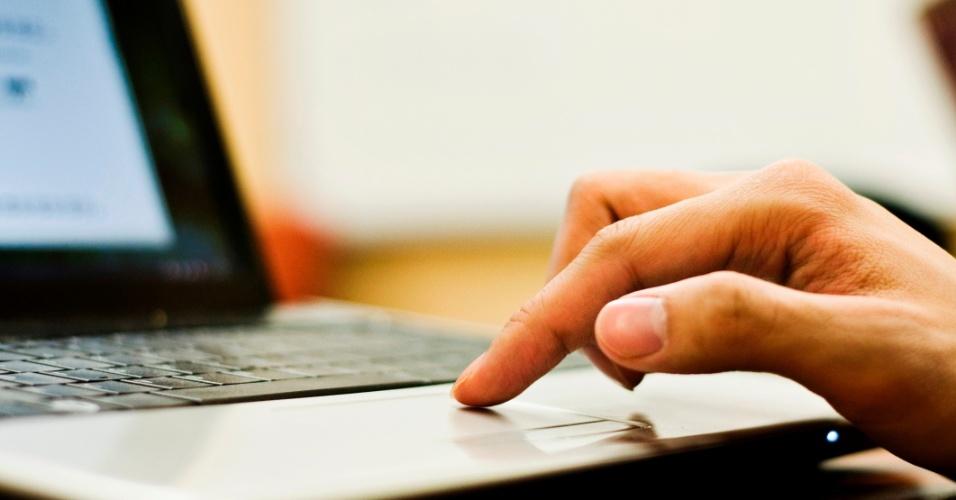 pessoa-usando-computador-laptop-notebook-1408108635155_956x500